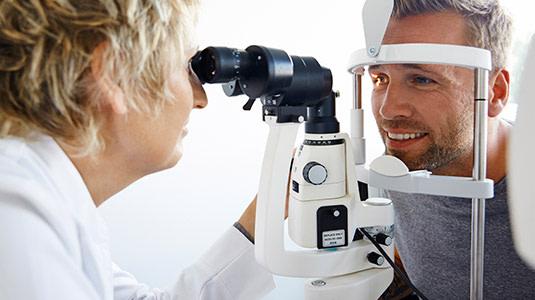 Kontaktlinsen Anpassung zur Ermittlung der richtigen Werte