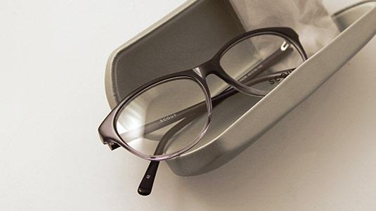 Kontaktlinsenträger sollten immer eine Ersatzbrille bei sich tragen.