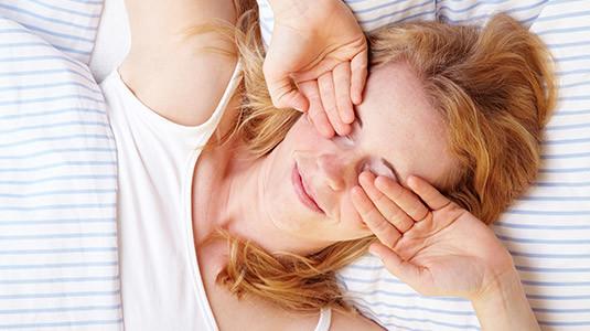 Frau schläft mit Kontaktlinsen