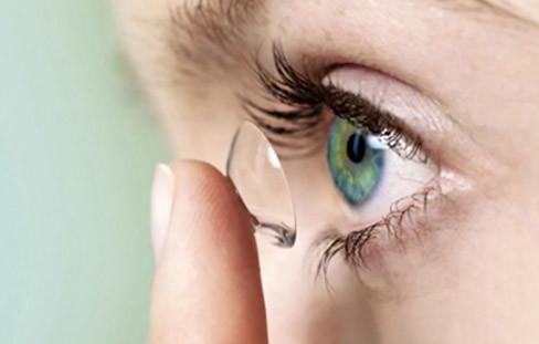 Kontaktlinsen einsetzen und entfernen
