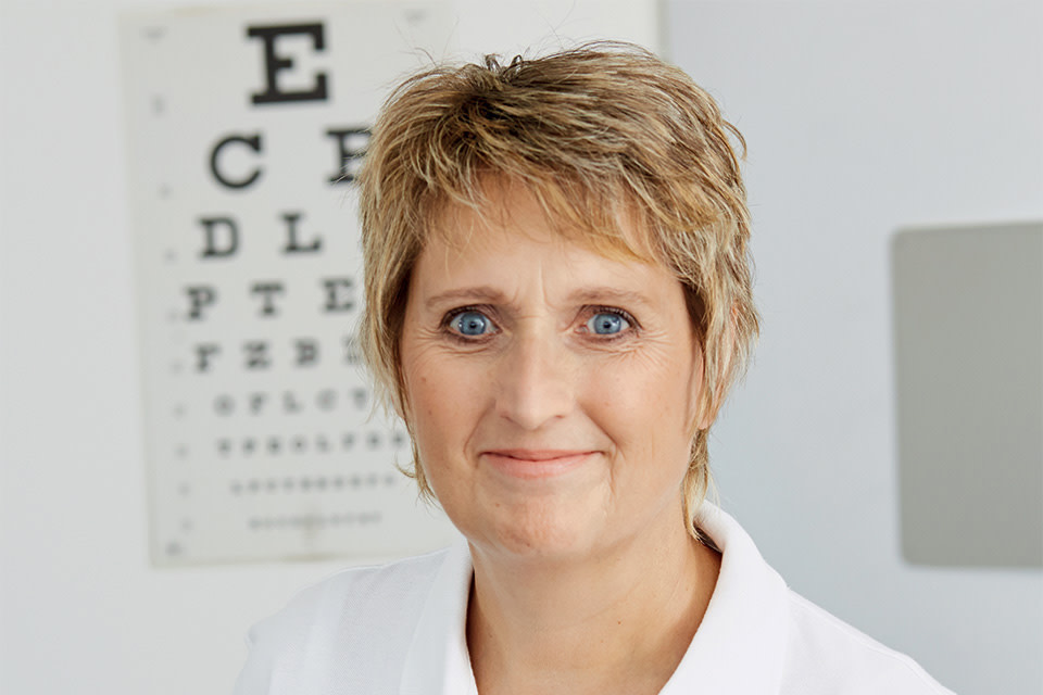 Lensbest-LensbestShop:https://res.cloudinary.com/fourcare/image/fetch/q_90/f_auto/fl_force_strip/https://www.lensbest.de/service/opticians/elke-froehlich.jpg