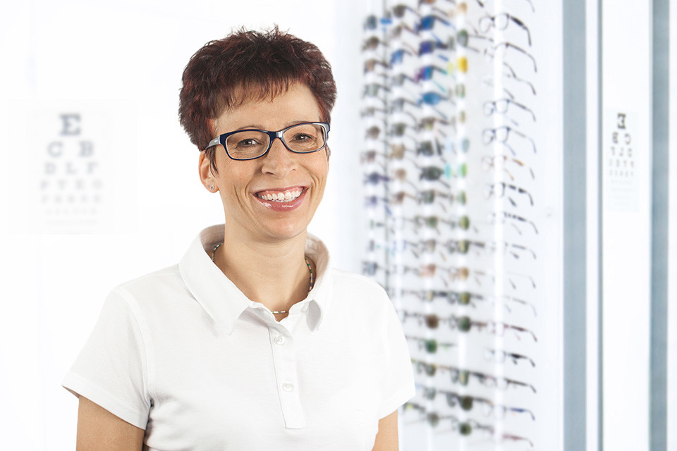 Lensbest-LensbestShop:https://res.cloudinary.com/fourcare/image/fetch/q_90/f_auto/fl_force_strip/https://www.lensbest.de/service/opticians/jutta-nilsson.jpg