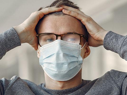 So trägt man eine Maske, ohne dass die Brille beschlägt