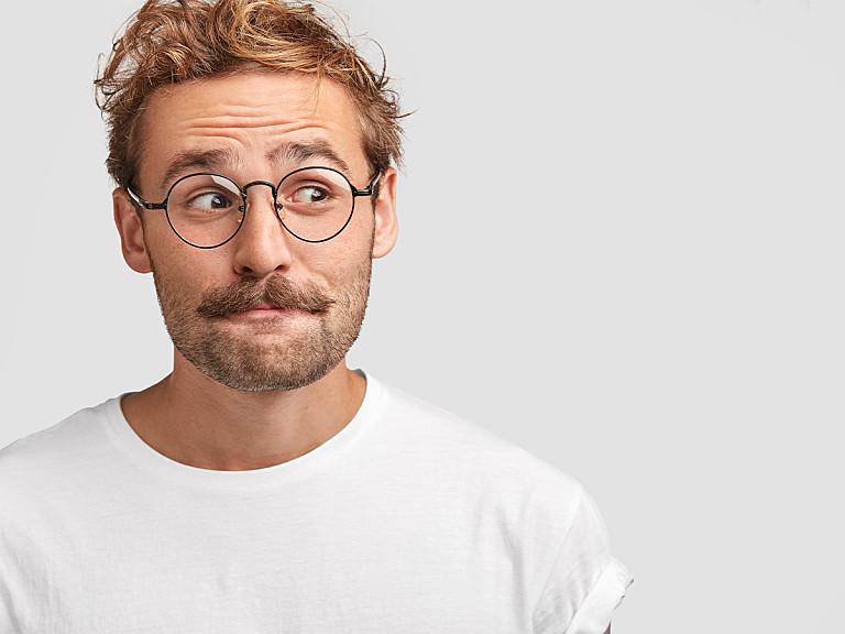 8 Momente, die jeder Brillenträger kennt