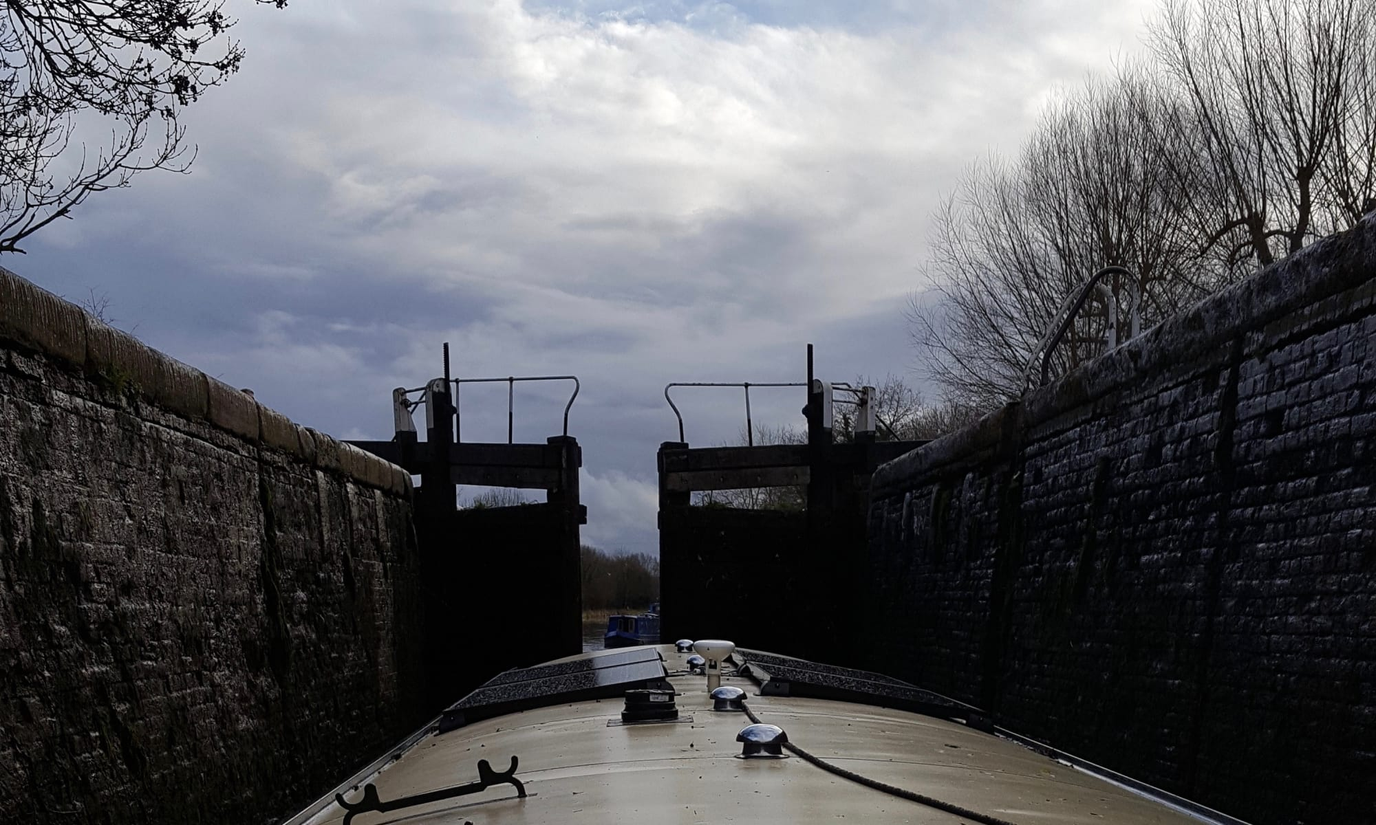 Denham Deep lock - bottom gate when lock almost empty