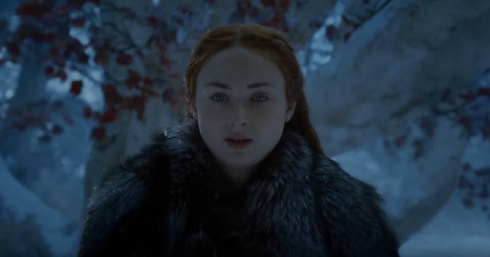 Sansa, di Winterfell dengan background weirwood