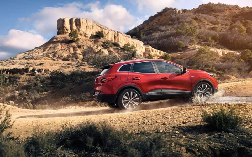 Rød Renault Kadjar med smart 4x4 forserer grusvei i sydlig landskap