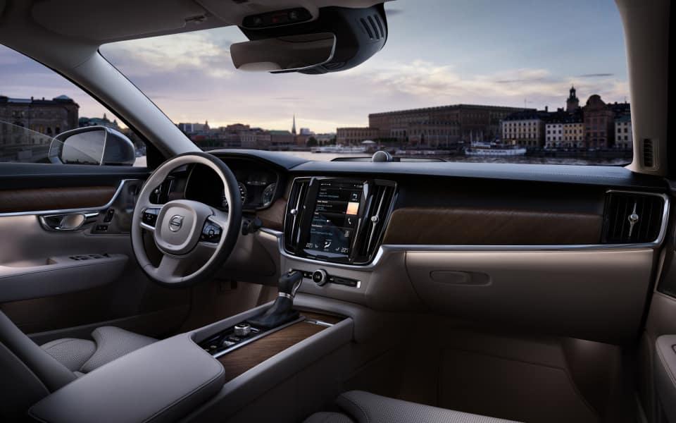 Kupeen i Volvo S90 er lys og fin med hvitt skinn og lyse trepaneler