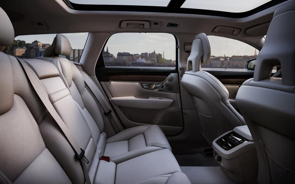 Volvo V90 kupé i hvitt skinn med panoramasoltak