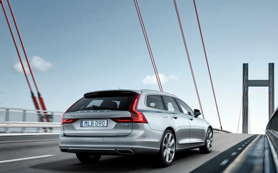 Sølvgrå Volvo V90 kjører over bro