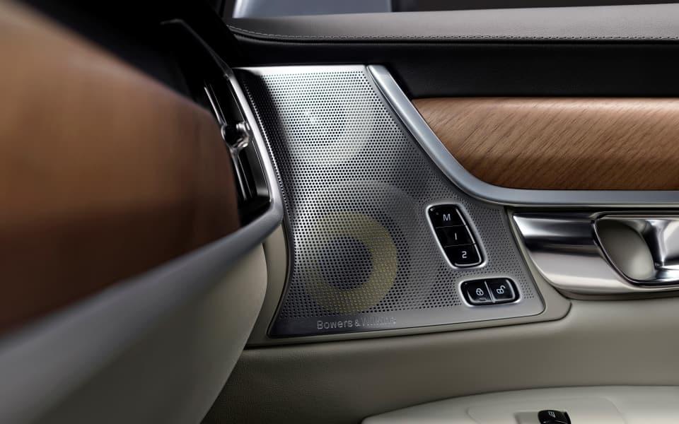 Høytaler i Volvo-dør med trepaneler fra Bowers & Wilkins