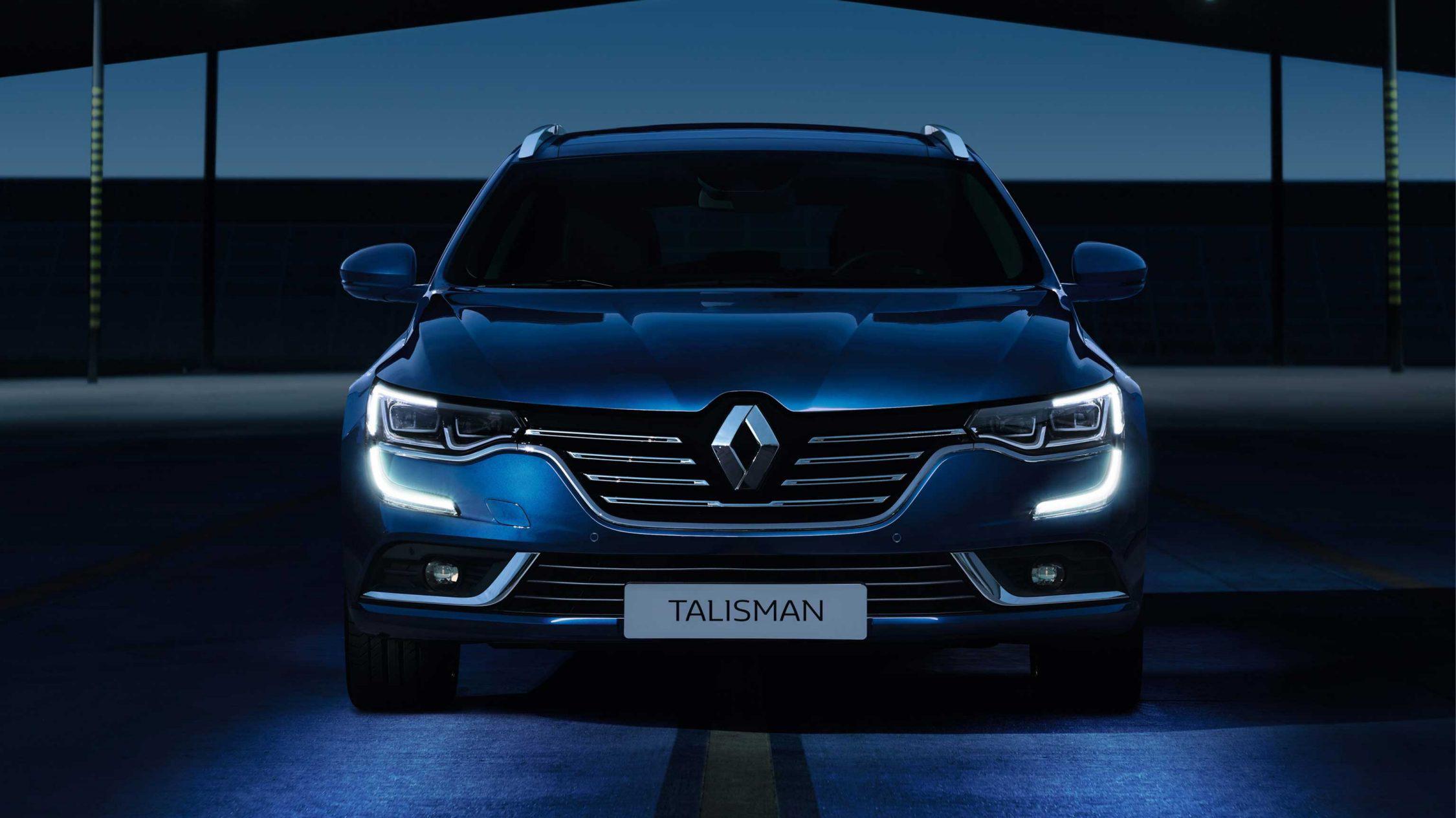 Renault Talisman Sport Tourer Stasjonsvogn Blå i mørkt rom med frontlys på