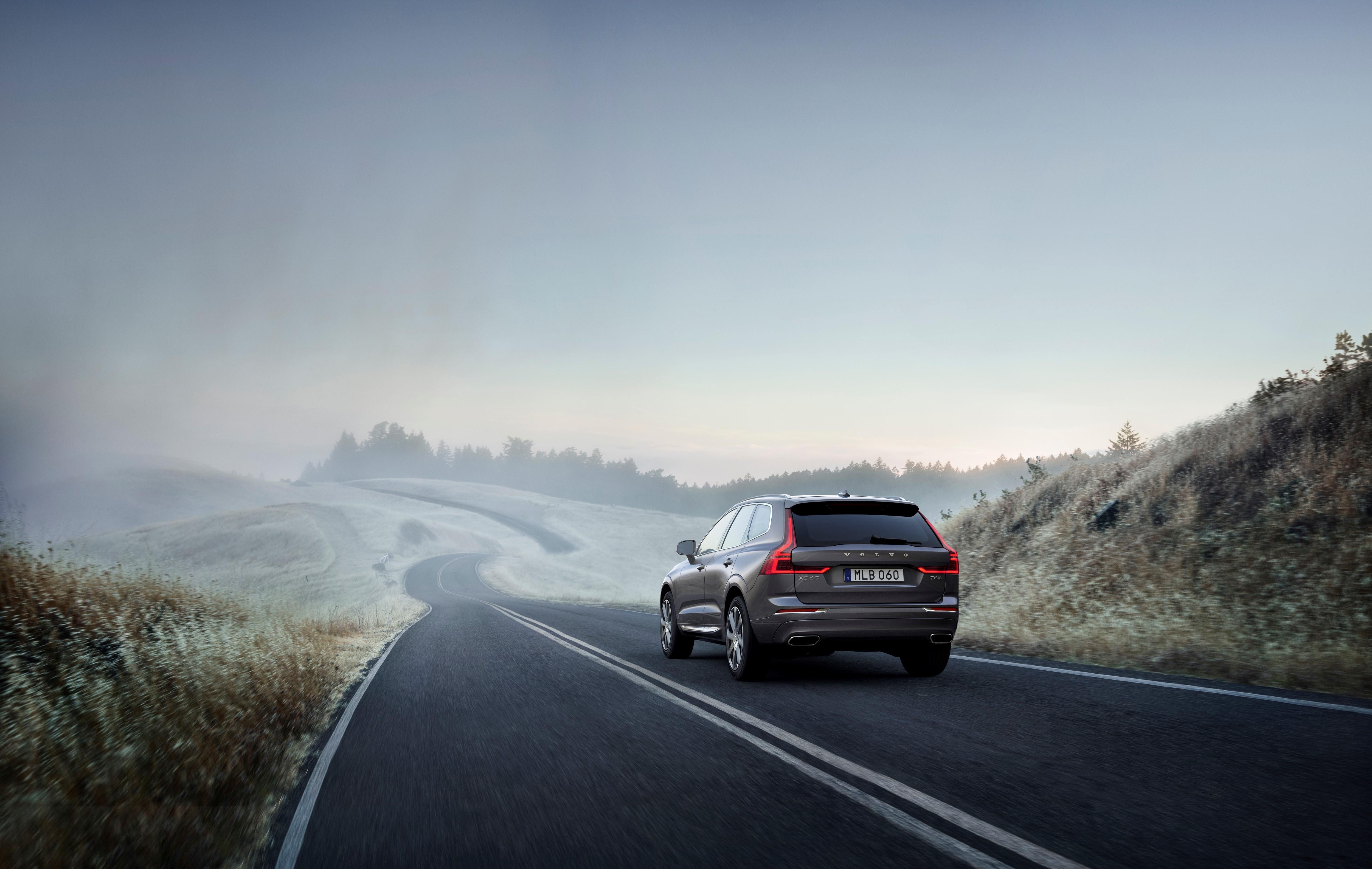 Volvo XC60 kjører på landevei i tåken