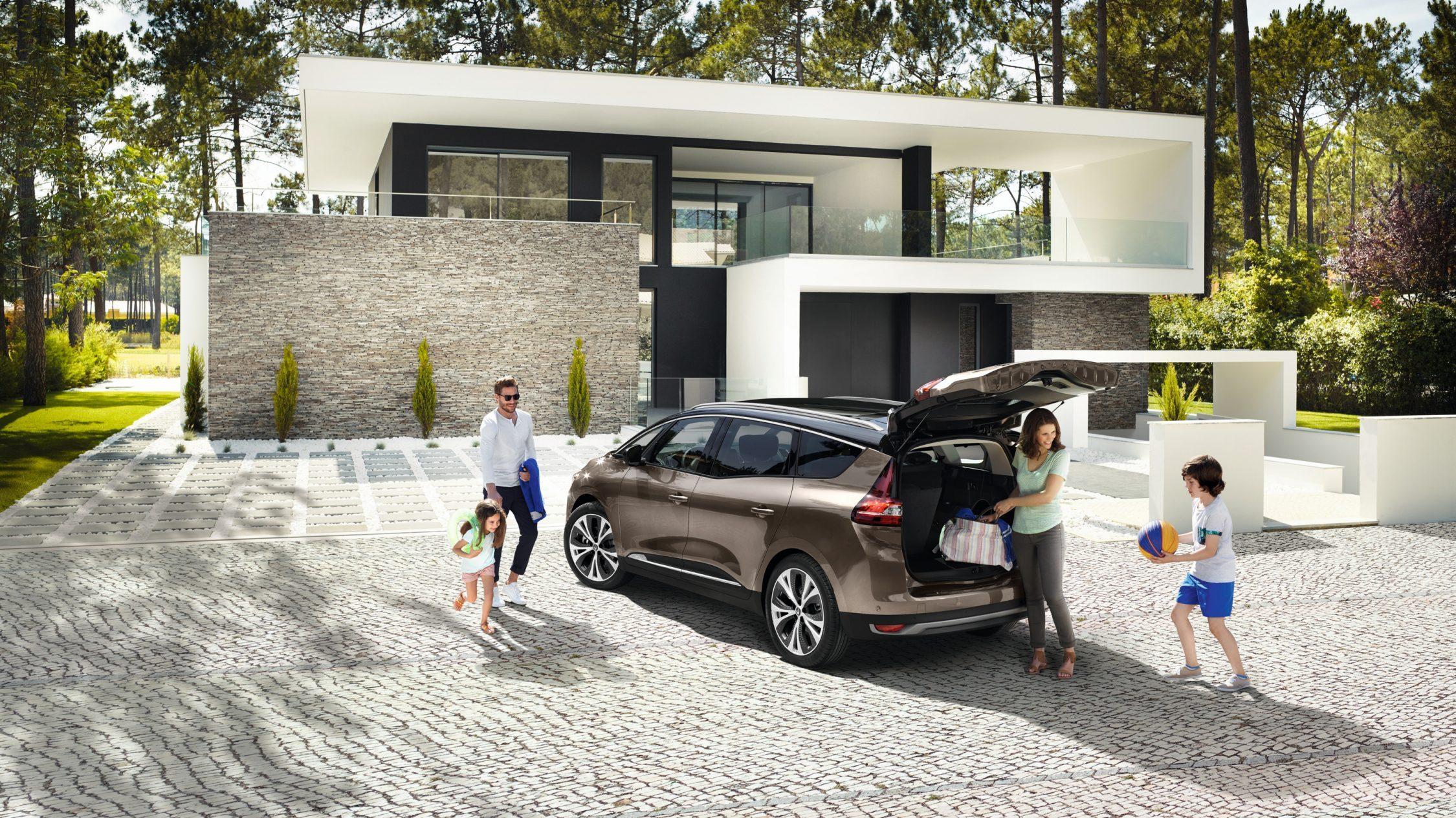 Renault Grand Scenic med åpent bagasjerom og familie som pakker