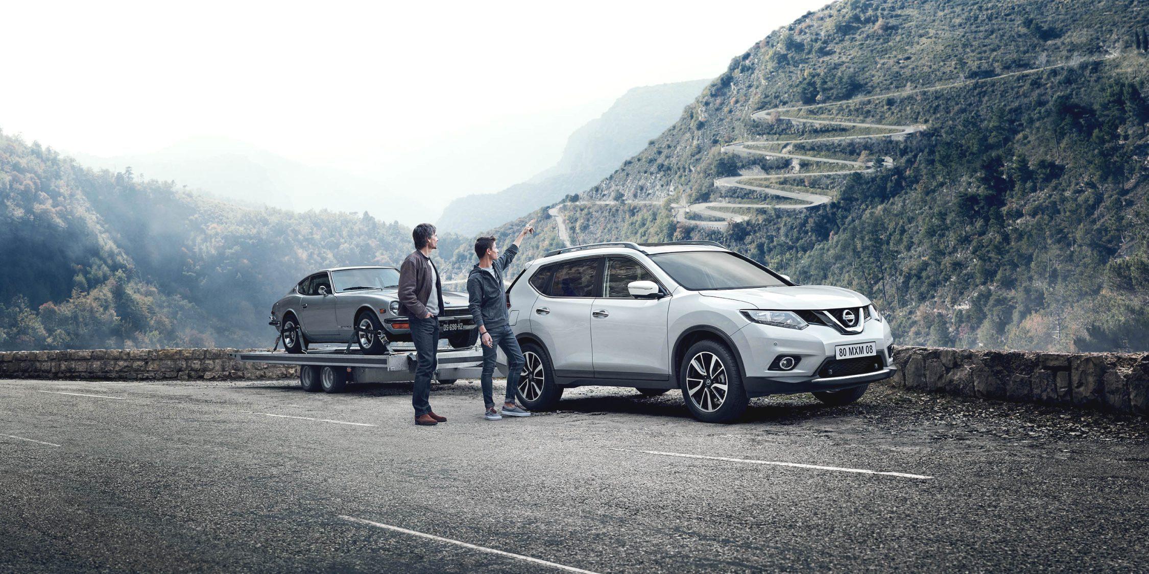 Nissan Xtrail med tilhenger i naturen