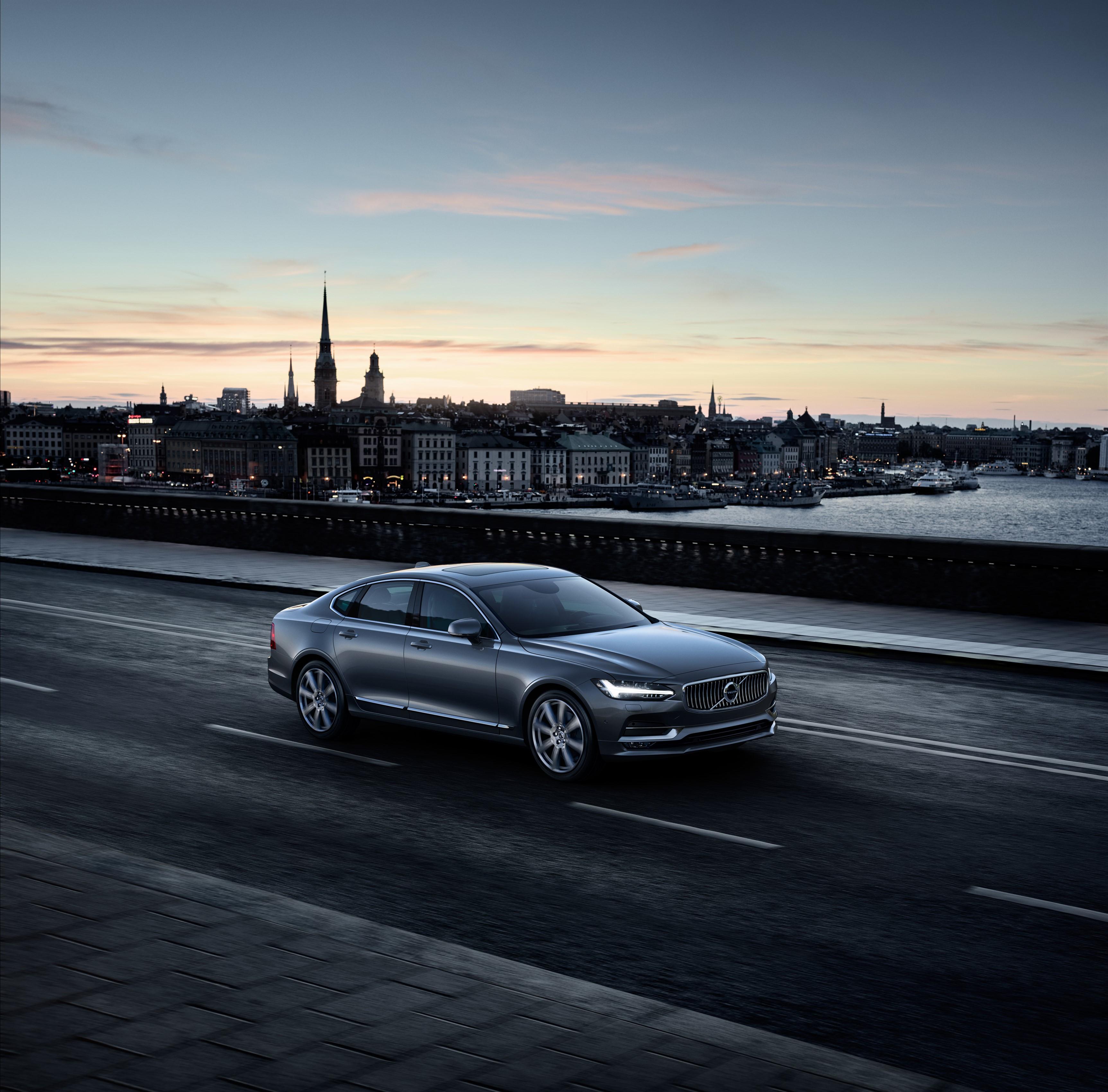 Volvo S90 Inscription i fargen Mussel Blue kjører over en bro i Stockholm