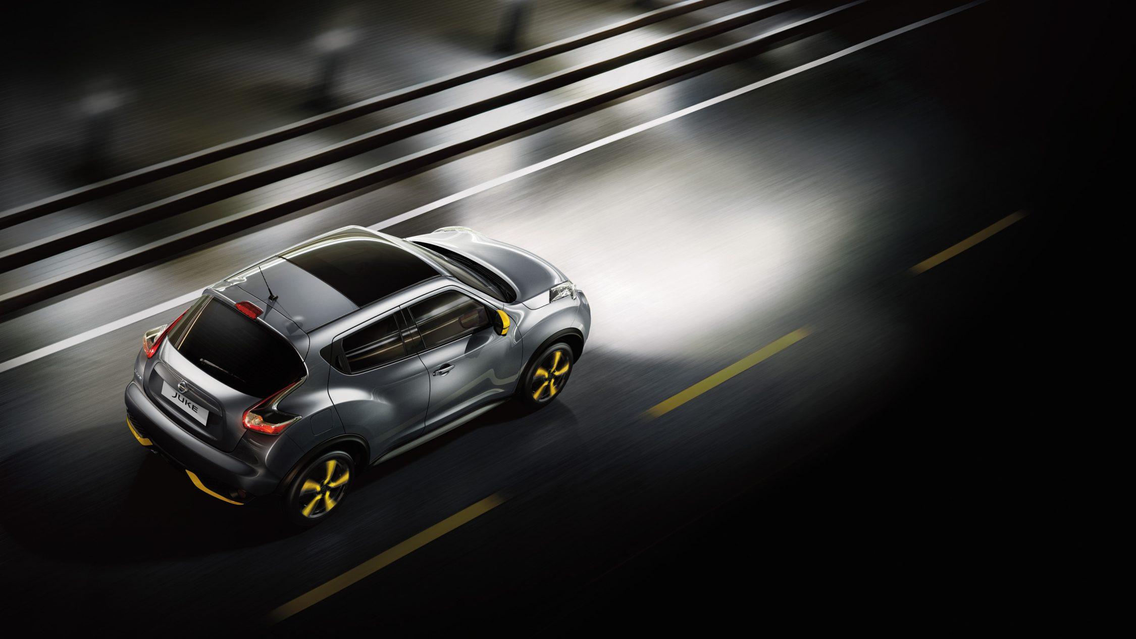 Nissan Juke kjører om natten med kraftige lys