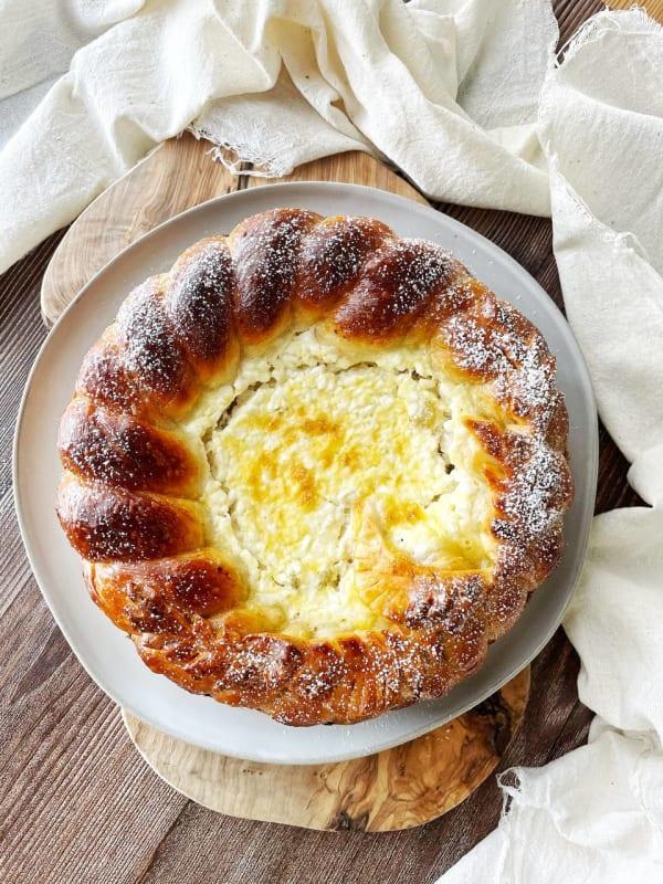 Colac cu maia, brânză dulce și stafide