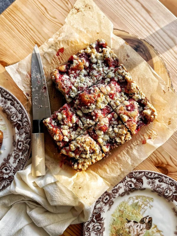 Crumble cake cu gem de căpșuni și semințe de susan