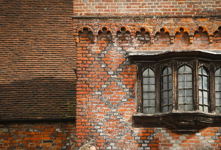 Картинката не може да има празен alt атрибут; името на файла е fulham-palace-tudor-courtyard-red-brick.jpg