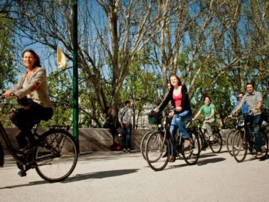 Visite guidée en vélo électrique: best of de Paris sans forcer!