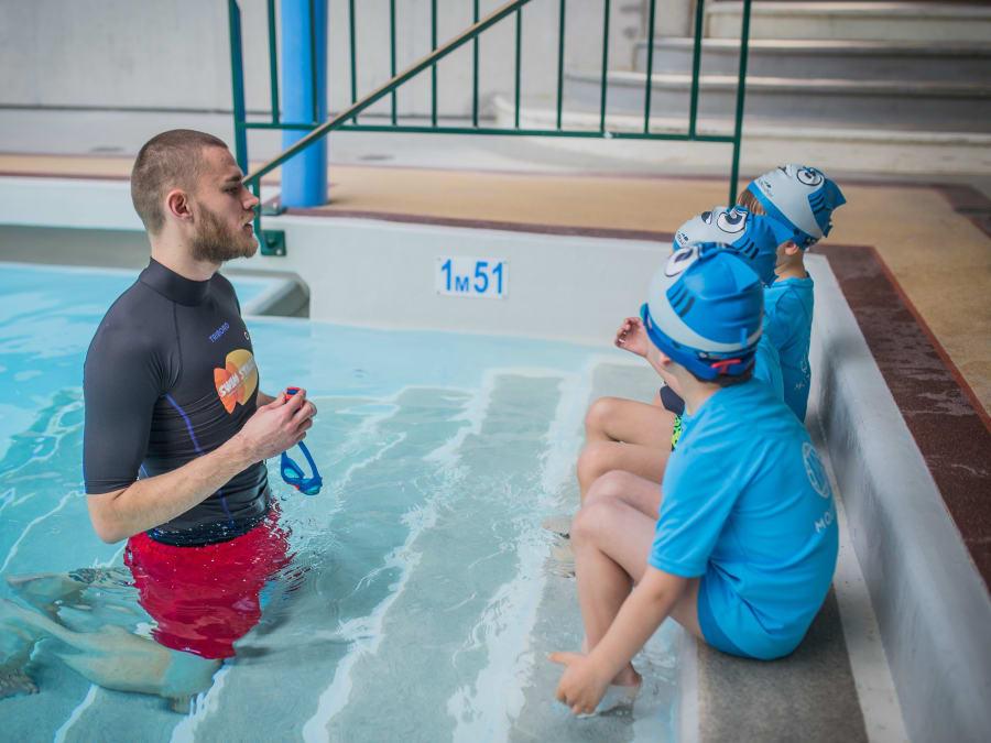 Cours de natation pour les enfants à la piscine Molitor, Paris