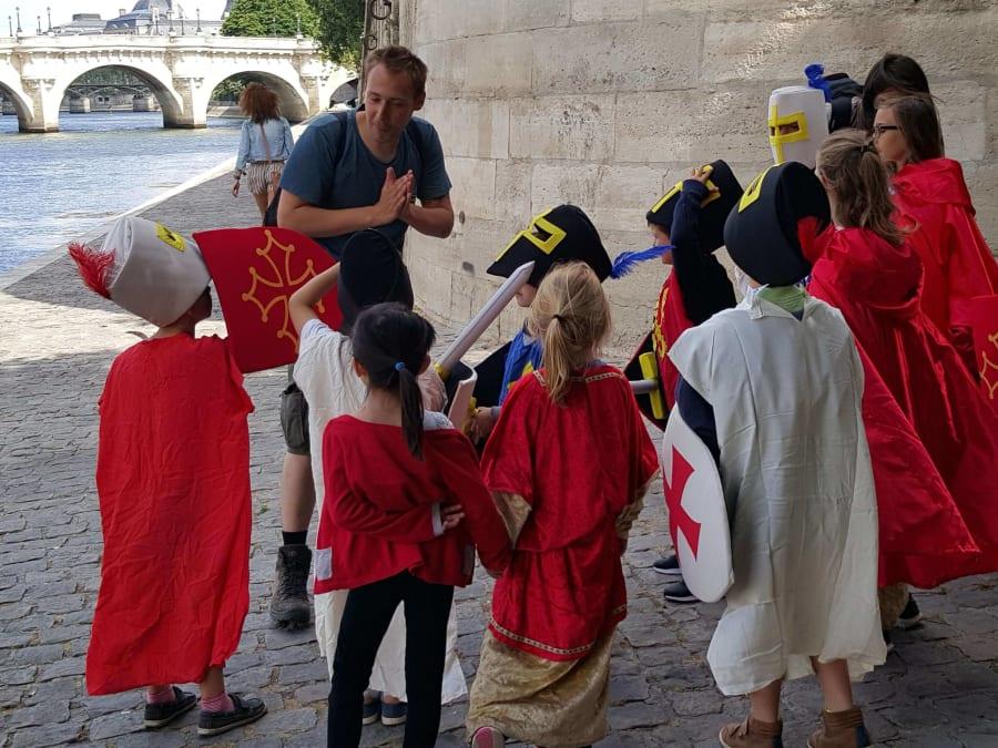 Balade costumée privatisée pour enfants au Paris du Moyen Âge