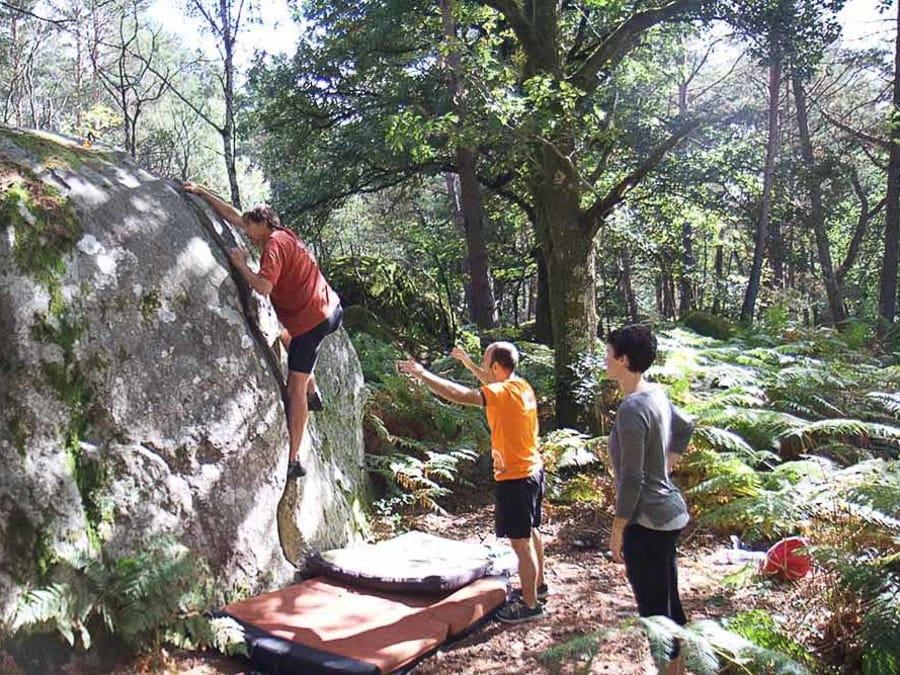 Escalade sur rocher en milieu naturel à Fontainebleau
