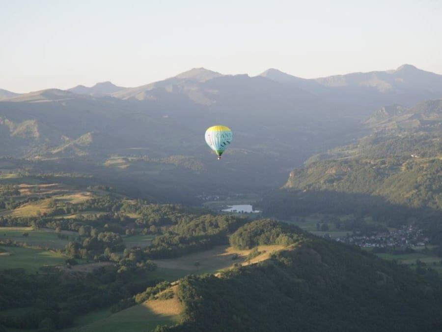 Vol en montgolfière, au pied du volcan Cantal sud Auvergne