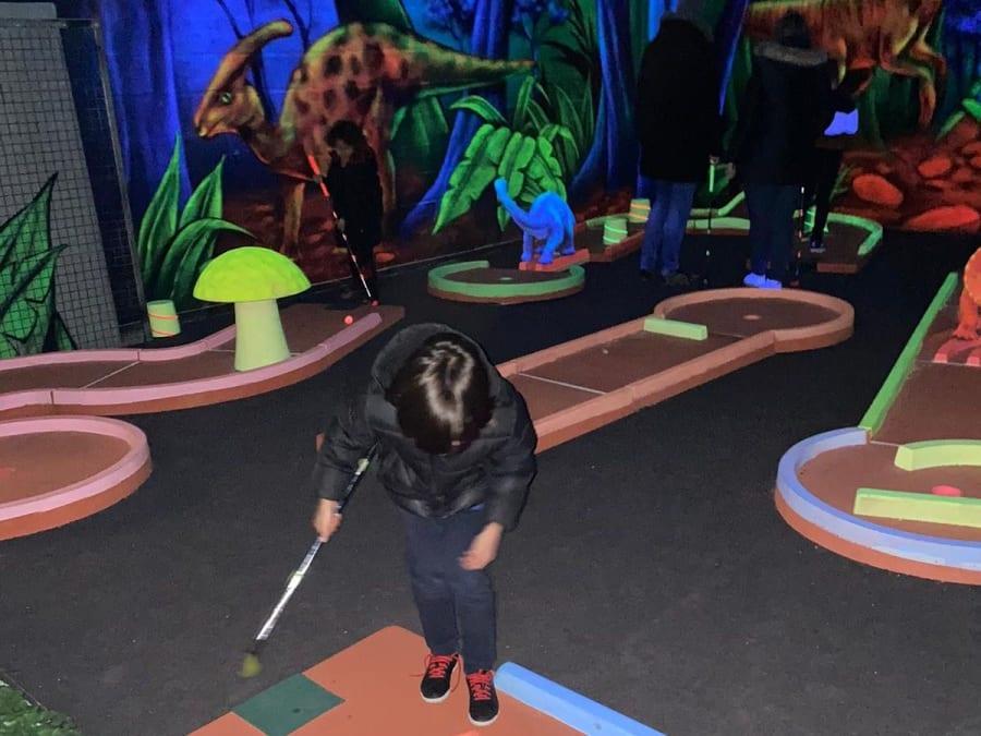 Anniversaire Mini-Golf Blacklight dès 2 ans à Cauffry (60)