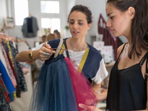 Shopping et relooking entre amies avec une modeuse chic et choc