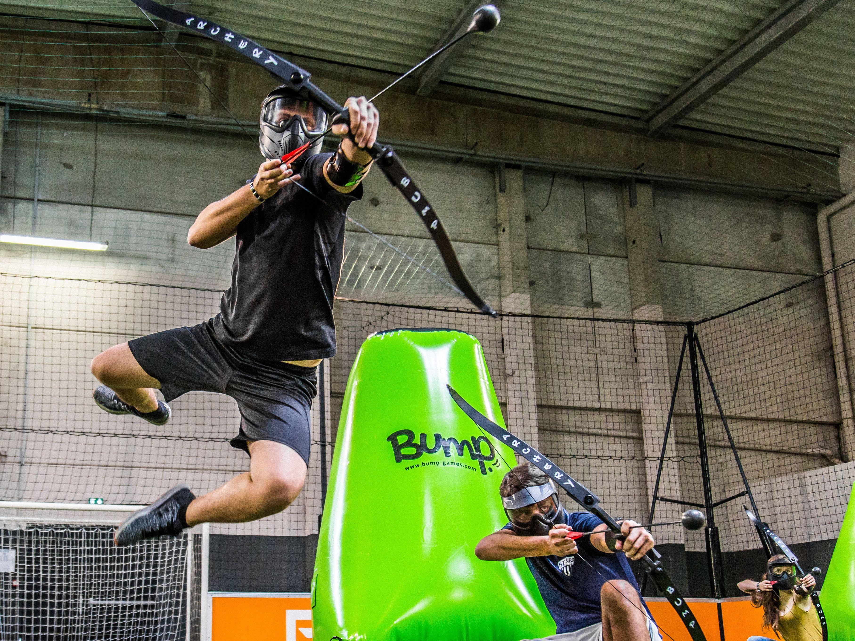 archery tag personne dans les airs avec un arc