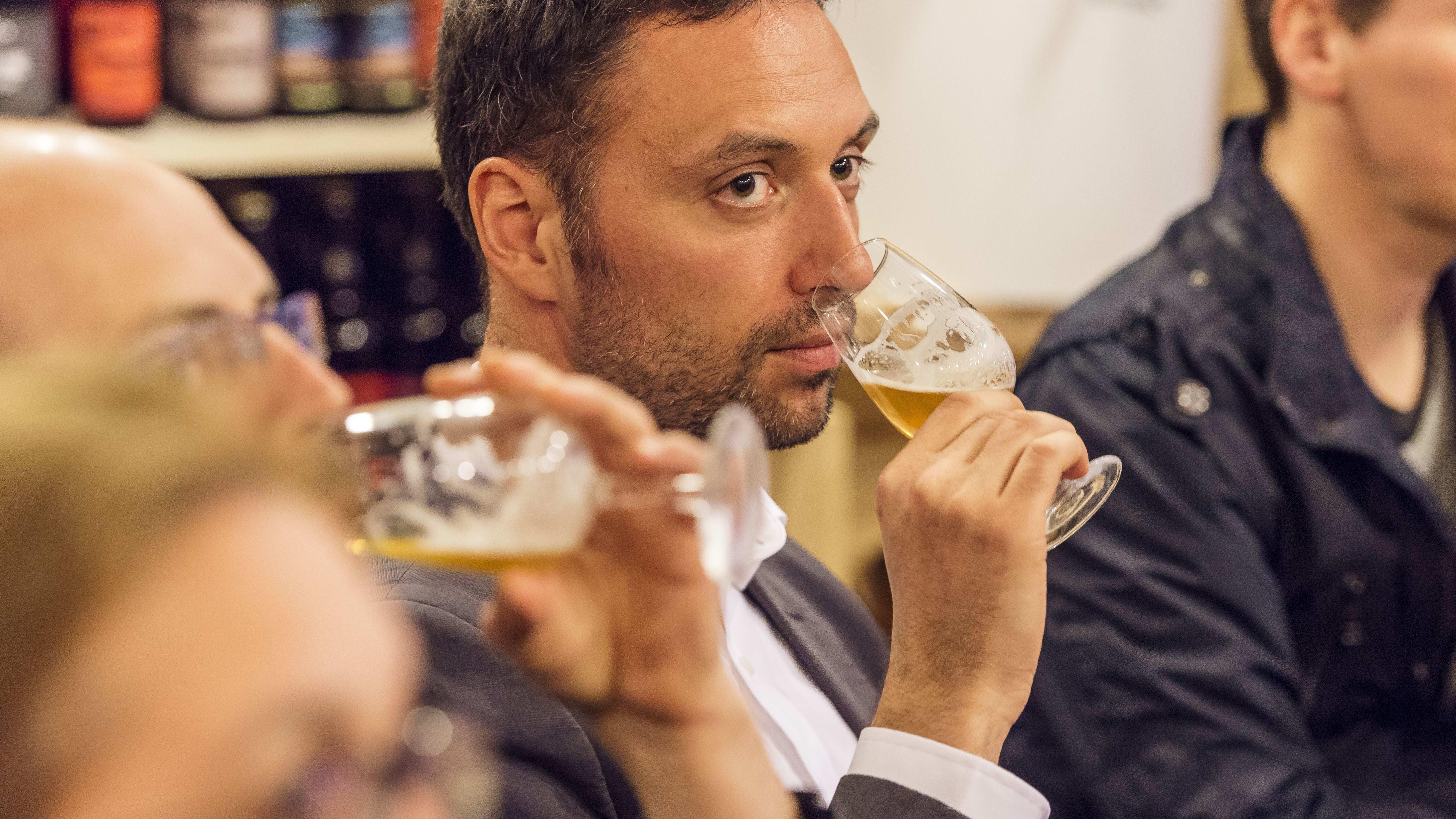 personnes effectuant une dégustation de bière