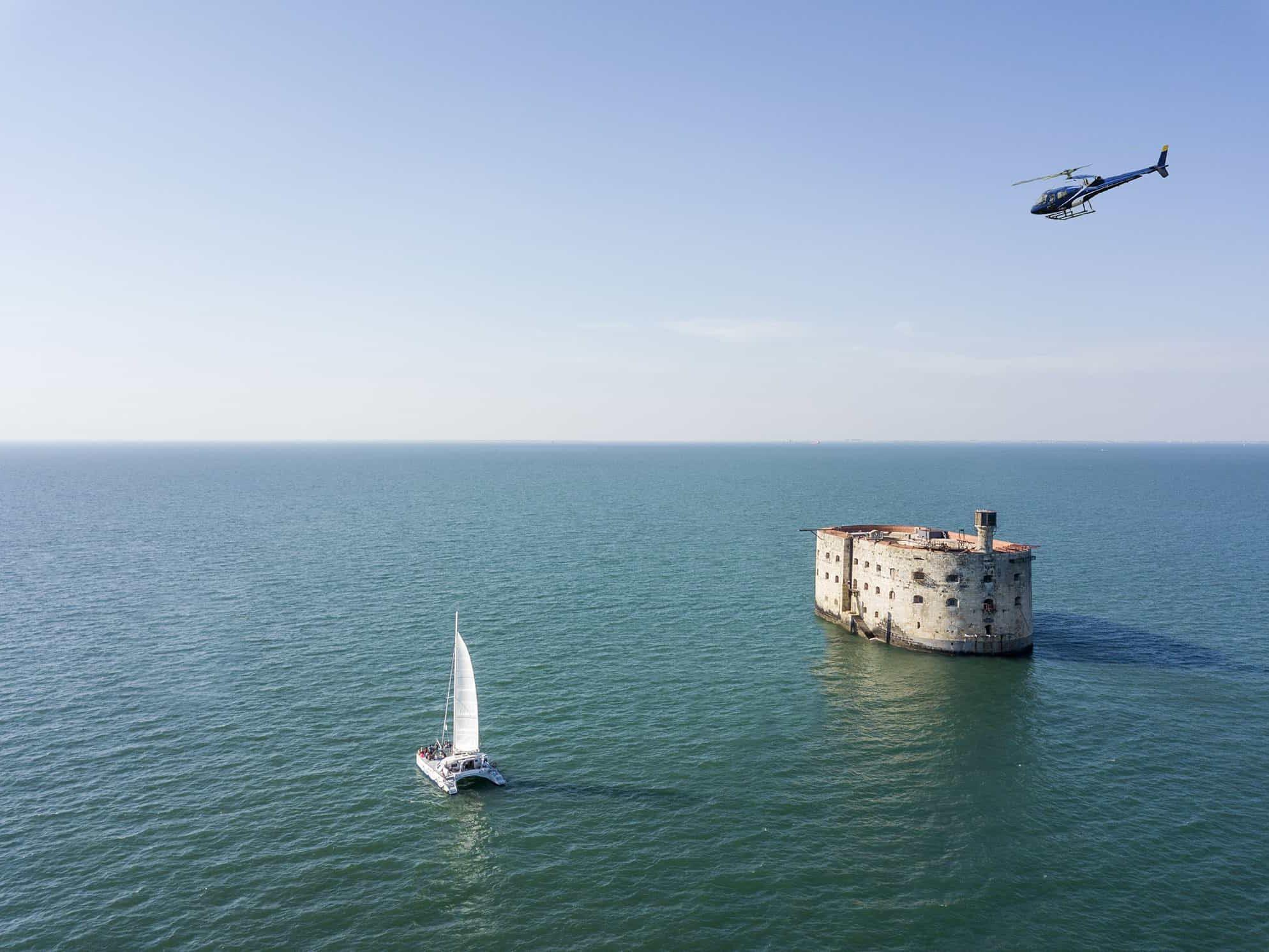 vol en hélicoptère au dessus de fort boyard