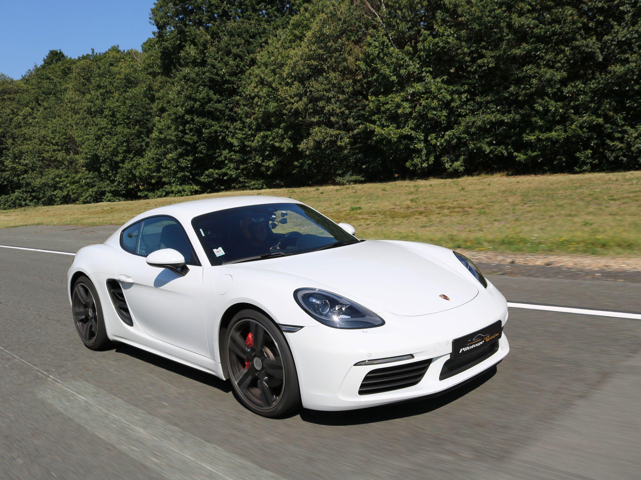 voiture blanche de course sur une piste
