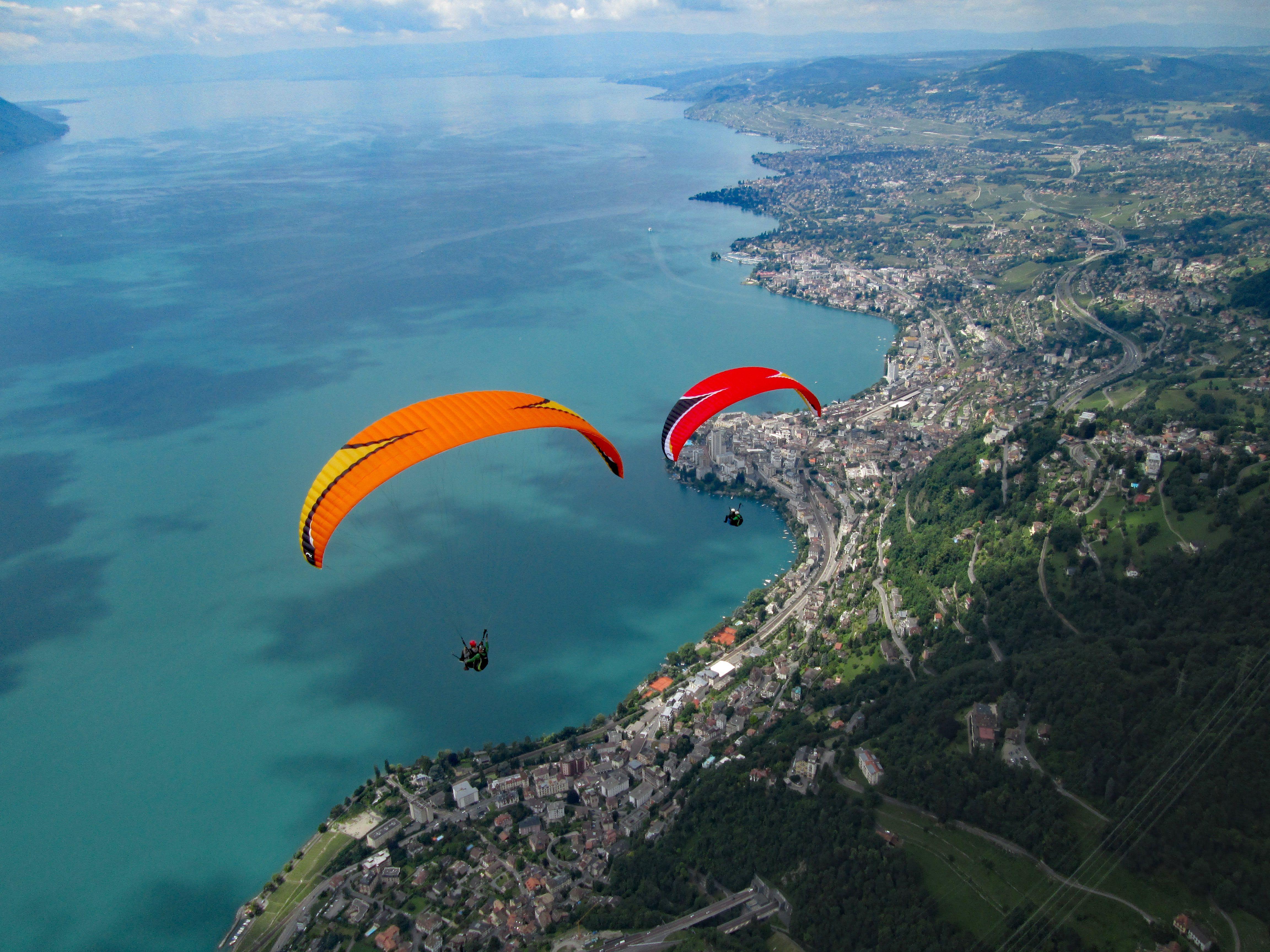 vol au dessus de l'eau en parapente