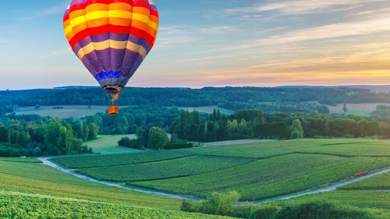 une montgolfiere dans les airs