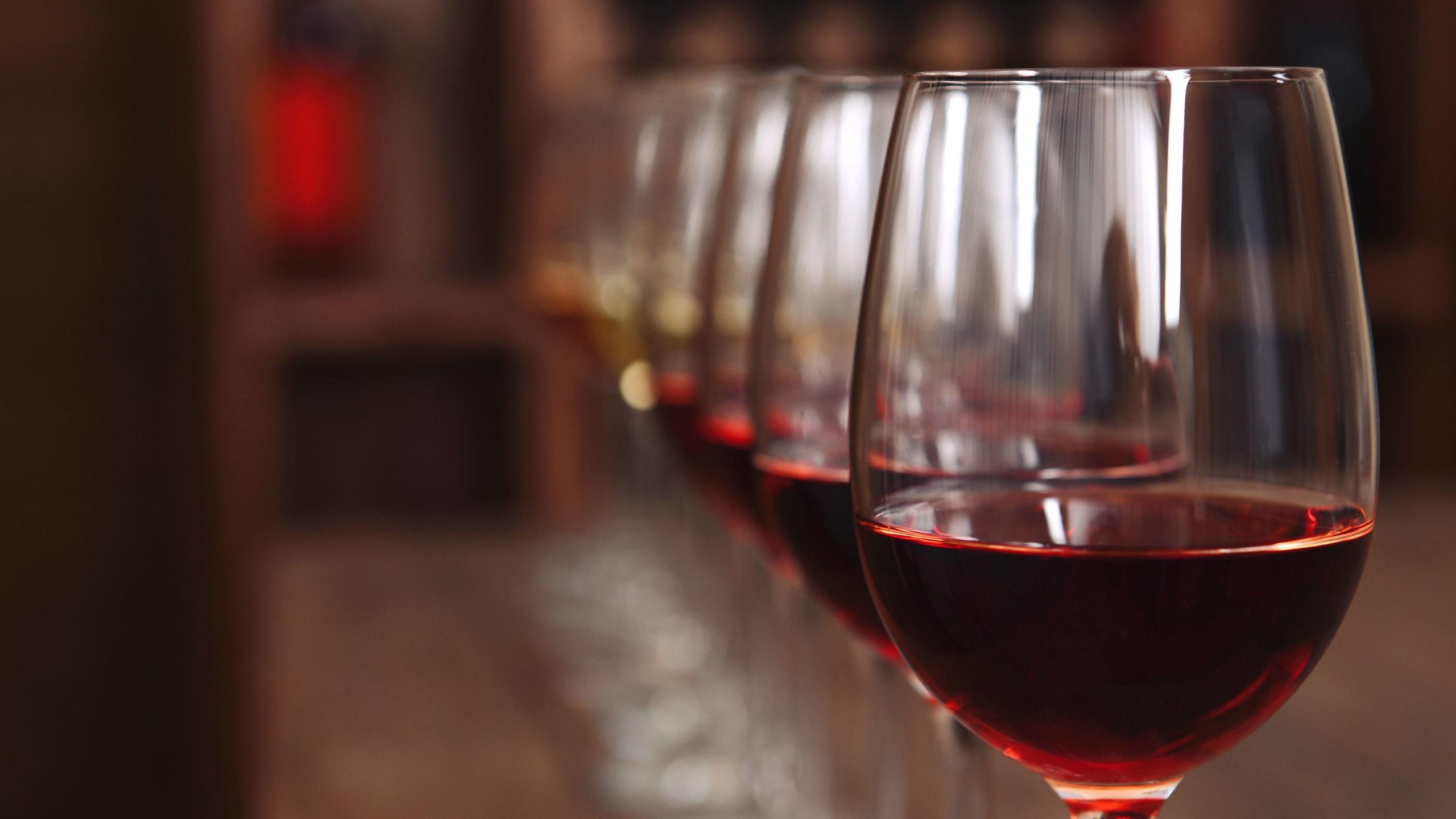 verres de vin alignés