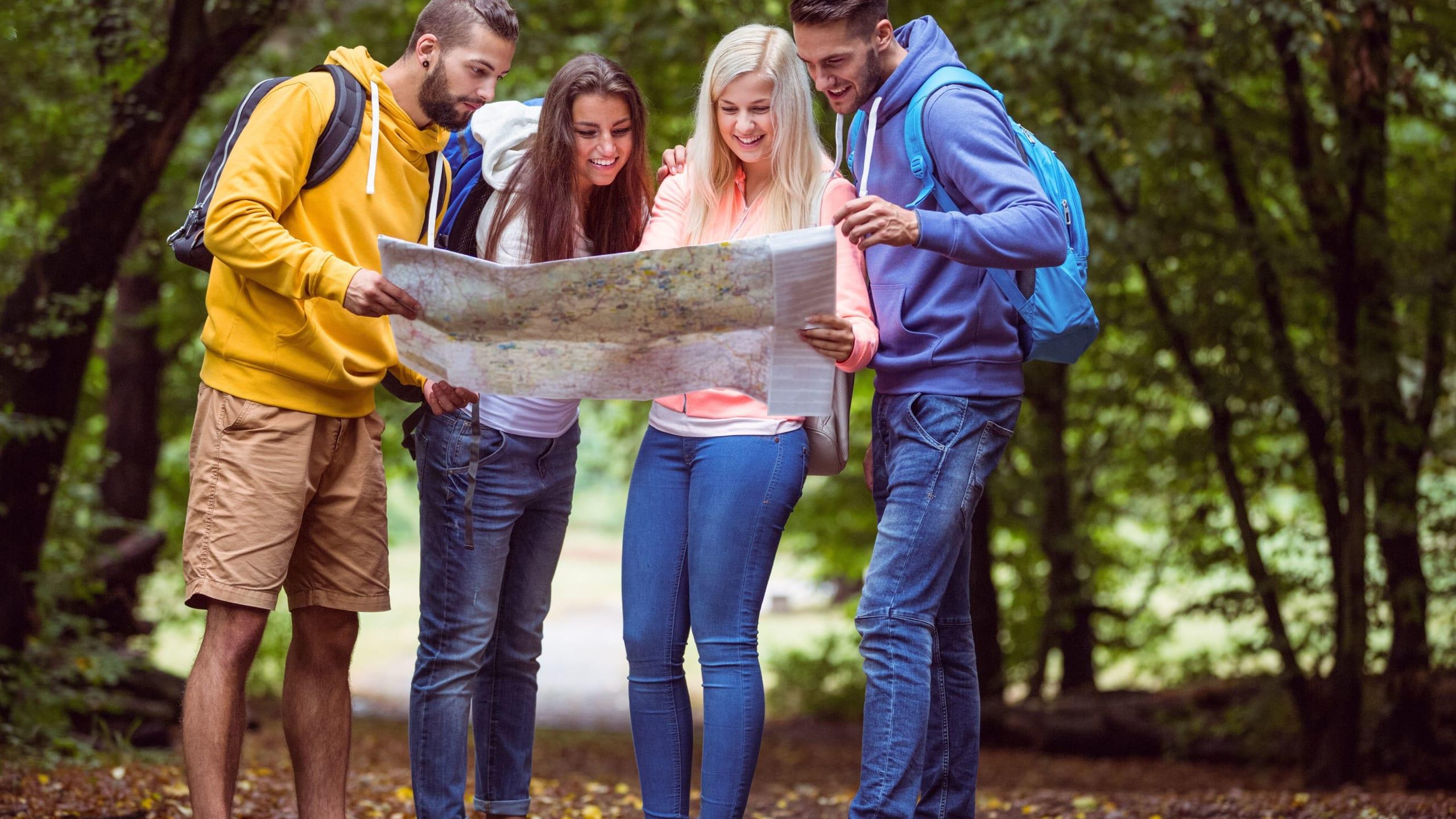 Groupe de personnes lisant une carte ensemble