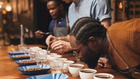 Homme respirant du café