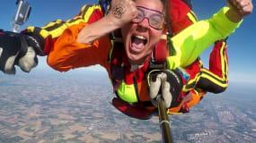 femme lors d'un saut en parachute