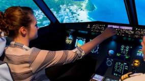femme dans un simulateur de vol