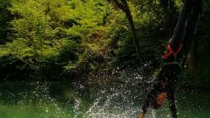 saut à l'élastique avec toucher d'eau