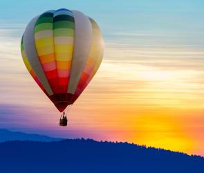 montgolfiere dans un ciel en coucher de soleil