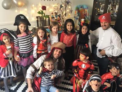groupe d'enfants et animateurs lors d'un anniversaire pirate