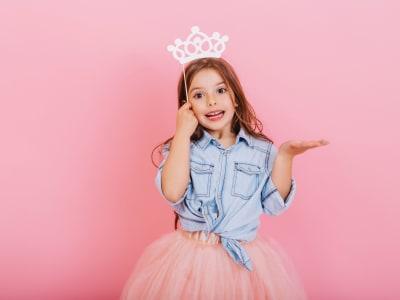 petite fille avec une couronne de princesse