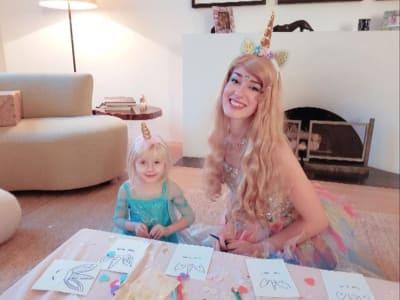 Animatrice avec une petite fille déguisées en licorne