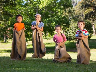 4 enfants qui font une course en sac
