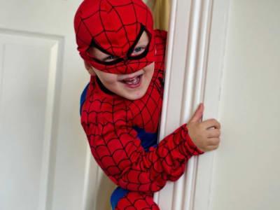 Enfant déguisé en spiderman