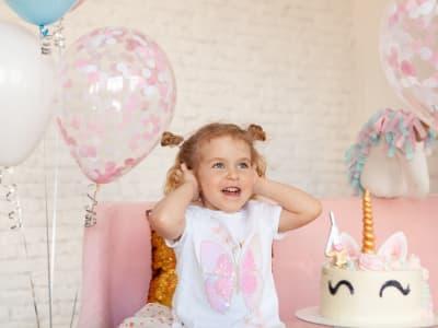 Petite fille se tenant la tête de joie